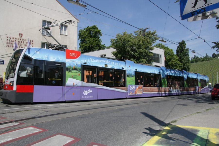 Gewista Stadtwerbung Strassenbahn ULF Fahnen-Werbung