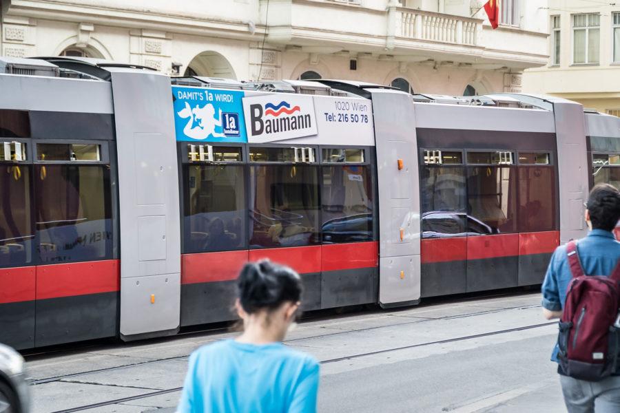 Stadtwerbung-Straßenbahn-Sky-Baumann
