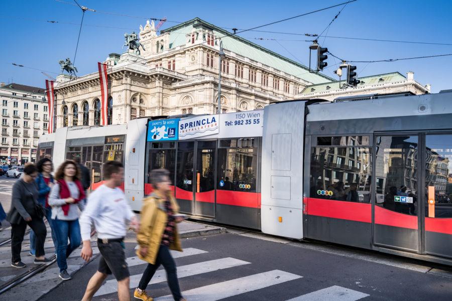 Stadtwerbung-Straßenbahn-Sky-Sprincla-Installateur