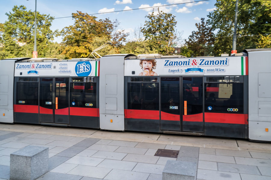 Stadtwerbung-Straßenbahn-Sky-Zanoni-und-Zanoni